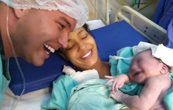 Ông bố suốt ngày nói chuyện với con trong bụng, khi bé ra đời nghe tiếng bố liền cười toe toét