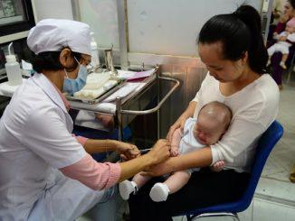 Nên tiêm vaccine dịch vụ hay miễn phí Lựa chọn nào an toàn cho bé 1