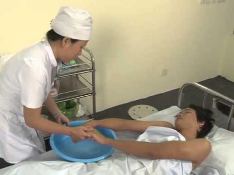 tắm gội cho bệnh nhân tại giường