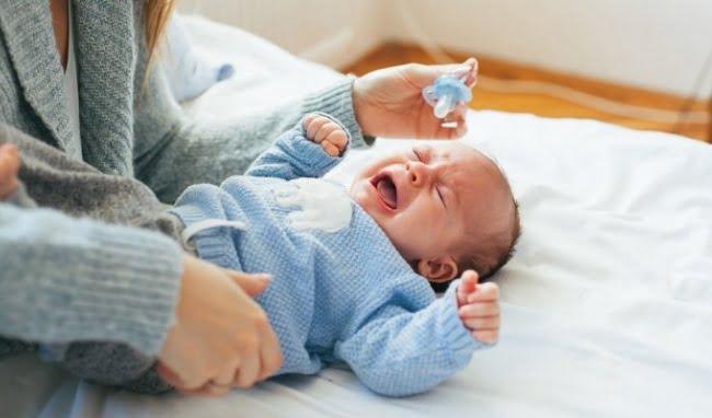Bé bế trên tay thì ngủ say nhưng hễ đặt xuống là tỉnh giấc, vì sao?