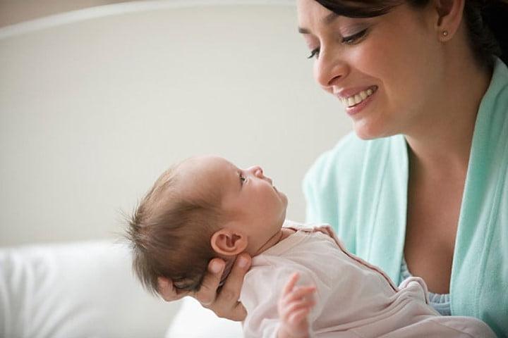 Mẹ mới sinh lưu ý: Có 5 nhóm người tuyệt đối không được bế con